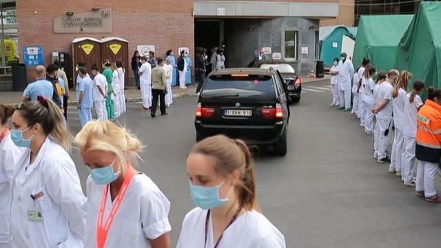 Hàng trăm nhân viên y tế Bỉ đồng loạt quay lưng lạnh lùng khi Thủ tướng tới thăm - Ảnh 1