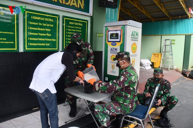 Indonesia dồn tiền lắp ATM gạo giúp người nghèo vượt qua đại dịch Covid-19 - Ảnh 1