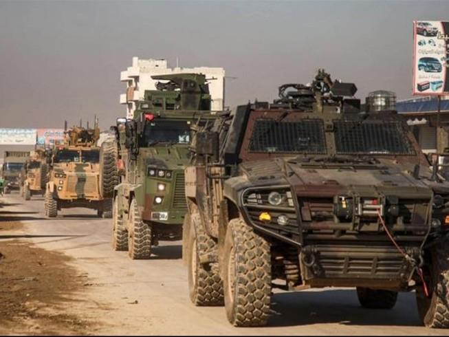 Nổ lớn trên cao tốc M4 tại Idlib, đoàn xe Thổ Nhĩ Kỳ trúng bom, sơ tán gấp binh sĩ bằng trực thăng - Ảnh 1