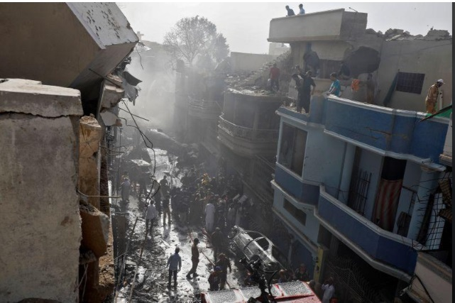 Vụ rơi máy bay khiến 97 người chết tại Pakistan: Phát hiện hai túi tiền lớn trong đống đổ nát - Ảnh 1