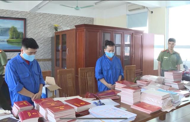 Bắt Phó Hiệu trưởng tham gia đường dây làm giả bằng tốt nghiệp THPT  - Ảnh 1
