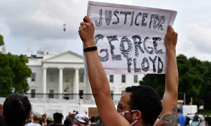Người biểu tình vây kín Nhà Trắng, Tổng thống Trump phải xuống hầm trú ẩn - Ảnh 1