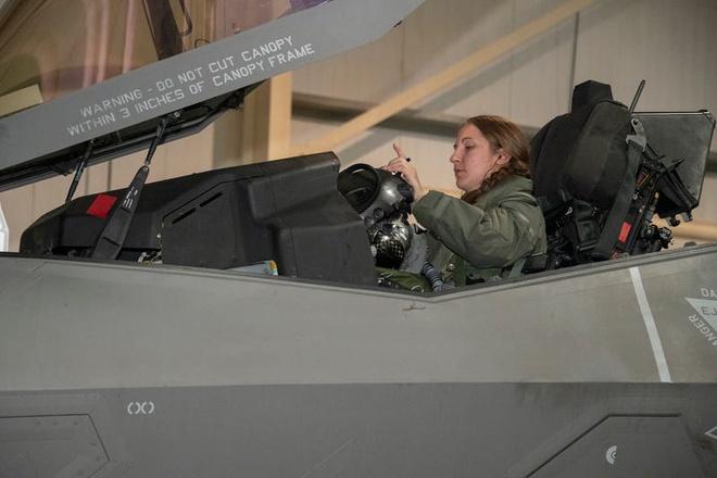 Không quân Mỹ có nữ phi công đầu tiên lái tiêm kích tàng hình F-35A - Ảnh 1