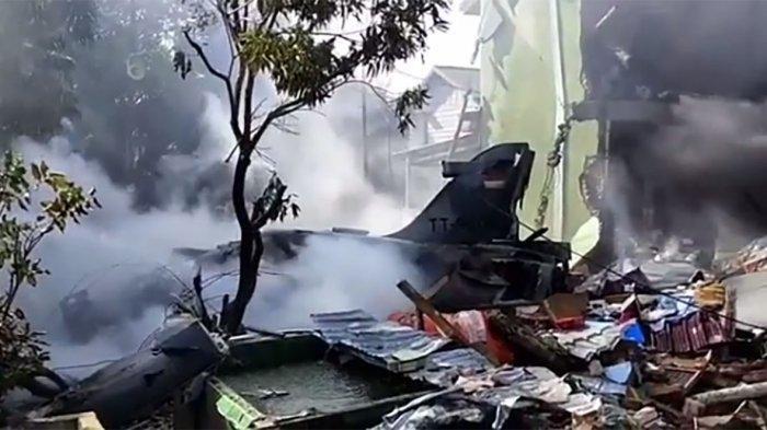 Tiêm kích Hawk 209 của Indonesia bất ngờ lao thẳng vào khu dân cư  - Ảnh 1