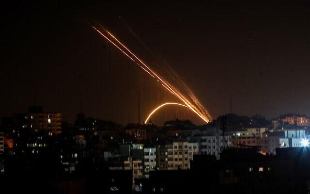 Israel dùng chiến đấu cơ, xe tăng tấn công loạt vị trí của Hamas tại Dải Gaza - Ảnh 1
