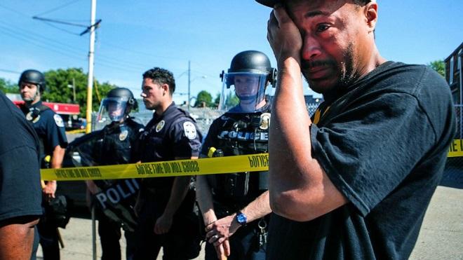 Cảnh sát Mỹ nổ súng giải tán đám đông biểu tình, một chủ cửa hàng người da màu tử vong - Ảnh 1