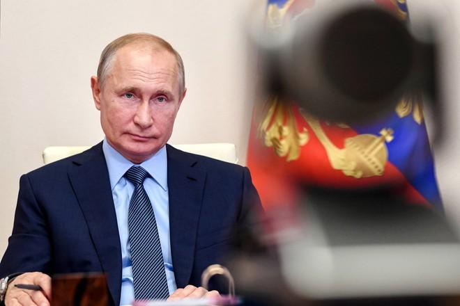 Sát khuẩn siêu xe, lập đương hầm khử trùng tại Điện Kremlin và nhà riêng của ông Putin nhằm chống Covid-19 - Ảnh 1