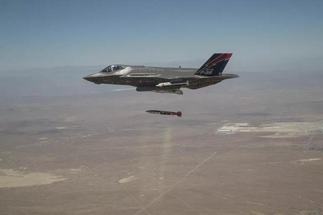 Mỹ công bố hình ảnh thử nghiệm F-35 thả bom hạt nhân nguy hiểm bậc nhất trong kho vũ khí - Ảnh 1