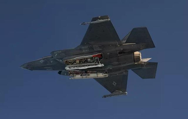Mỹ công bố hình ảnh thử nghiệm F-35 thả bom hạt nhân nguy hiểm bậc nhất trong kho vũ khí - Ảnh 2