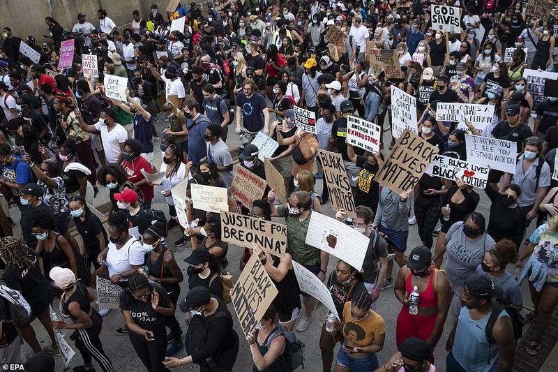 """""""Biển người"""" biểu tình vây kín nhiều tuyến phố tại thủ đô Washington - Ảnh 2"""