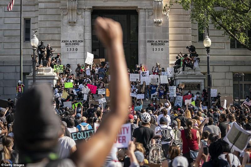 """""""Biển người"""" biểu tình vây kín nhiều tuyến phố tại thủ đô Washington - Ảnh 4"""