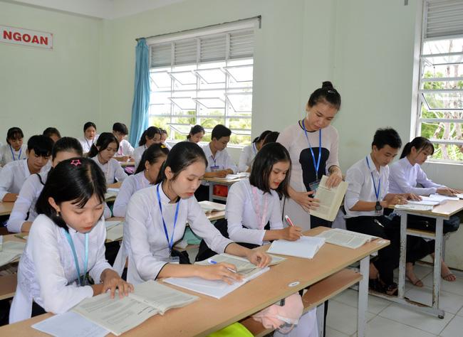 Dùng cải lương dạy truyện Kiều, cô giáo trẻ được Chủ tịch UBND tỉnh tặng bằng khen - Ảnh 1