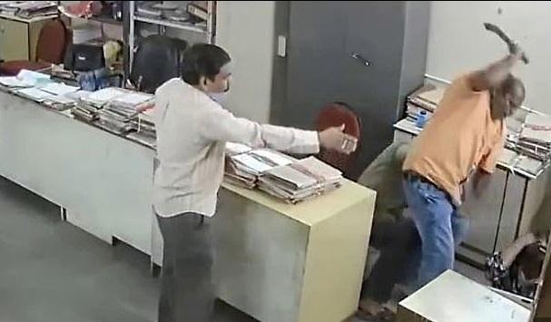 Nhắc đồng nghiệp đeo khẩu trang, nữ nhân viên bị đánh dã man - Ảnh 1