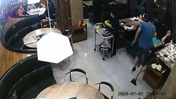 Chồng xông vào nhà hàng, tát vợ như trời giáng vì đi ăn với hai người đàn ông khác - Ảnh 1