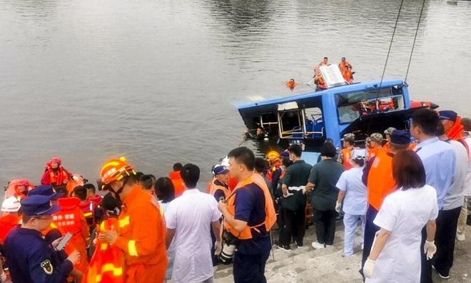 Vụ xe bus lao xuống hồ khiến 21 người chết tại Trung Quốc: Hé lộ nguyên nhân  - Ảnh 1