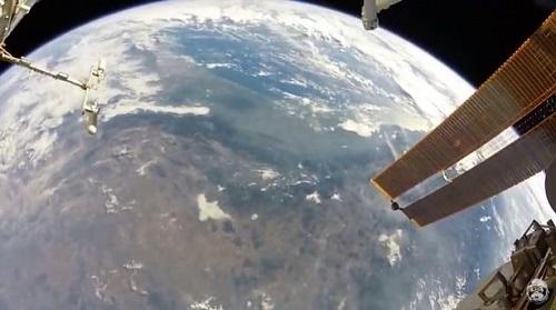 """Chùm ảnh """"vô cực"""": Phi hành gia NASA đi bộ ngoài không gian suốt 6 giờ để thay pin  - Ảnh 2"""