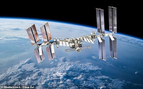 """Chùm ảnh """"vô cực"""": Phi hành gia NASA đi bộ ngoài không gian suốt 6 giờ để thay pin  - Ảnh 3"""