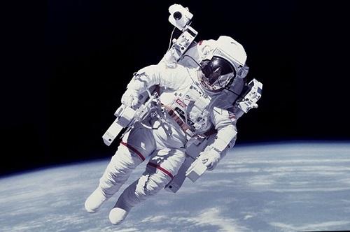 """Chùm ảnh """"vô cực"""": Phi hành gia NASA đi bộ ngoài không gian suốt 6 giờ để thay pin  - Ảnh 4"""