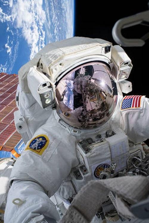 """Chùm ảnh """"vô cực"""": Phi hành gia NASA đi bộ ngoài không gian suốt 6 giờ để thay pin  - Ảnh 5"""