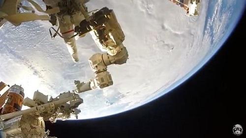 """Chùm ảnh """"vô cực"""": Phi hành gia NASA đi bộ ngoài không gian suốt 6 giờ để thay pin  - Ảnh 6"""
