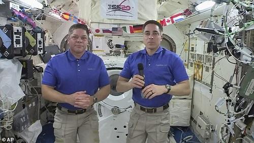 """Chùm ảnh """"vô cực"""": Phi hành gia NASA đi bộ ngoài không gian suốt 6 giờ để thay pin  - Ảnh 7"""