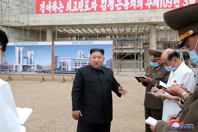Xây dựng bệnh viện không cẩn thận, hàng loạt quan chức bị ông Kim Jong-un sa thải - Ảnh 1