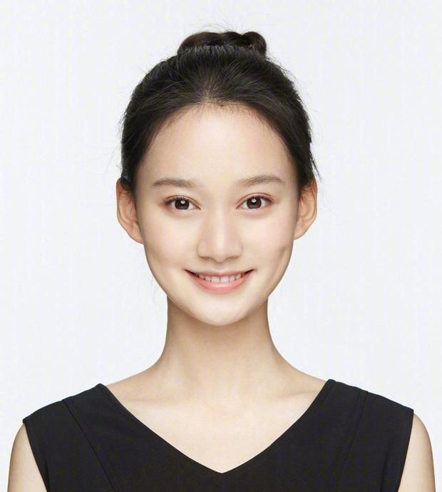 Tan chảy trước nhan sắc cực phẩm của nữ sinh đỗ thủ khoa 3 trường đại học hàng đầu Trung Quốc - Ảnh 2