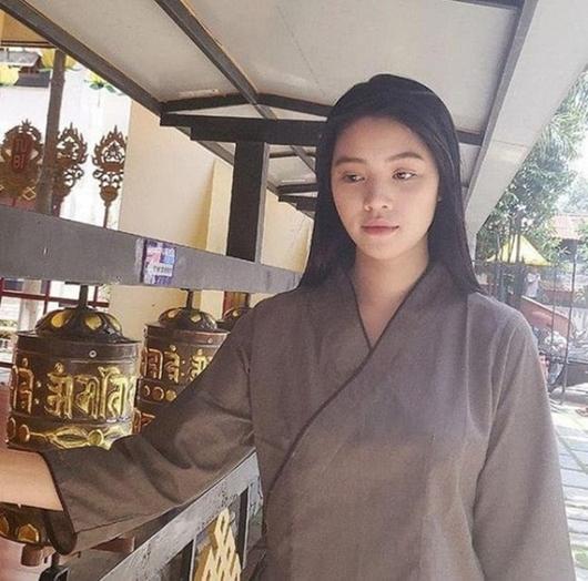 Tin tức giải trí mới nhất ngày 27/7/2020: Jolie Nguyễn xuất hiện trở lại, đăng ảnh đi chùa - Ảnh 1