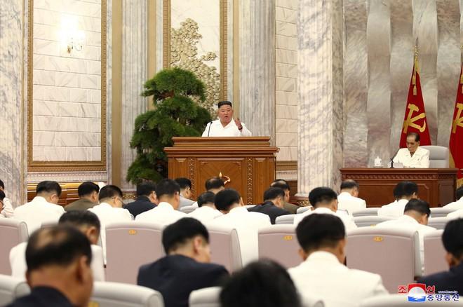 Ông Kim Jong-un tái xuất tại cuộc họp quan trọng, yêu cầu cảnh giác tối đa với dịch Covid-19 - Ảnh 1