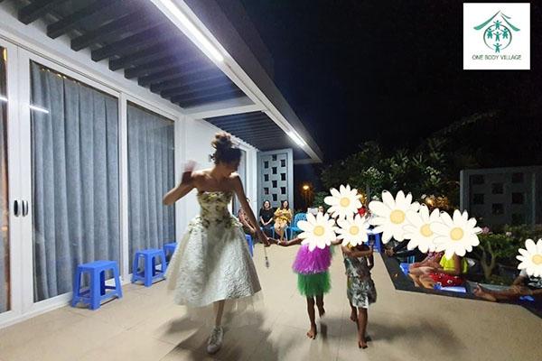Hoa hậu Khánh Vân thực hiện lời hứa, tặng vương miện cho các bé OBV - Ảnh 7