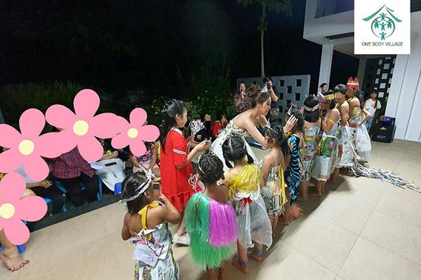 Hoa hậu Khánh Vân thực hiện lời hứa, tặng vương miện cho các bé OBV - Ảnh 4