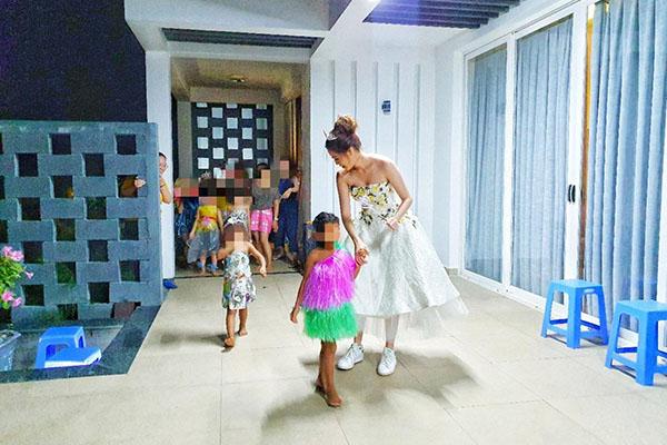 Hoa hậu Khánh Vân thực hiện lời hứa, tặng vương miện cho các bé OBV - Ảnh 6