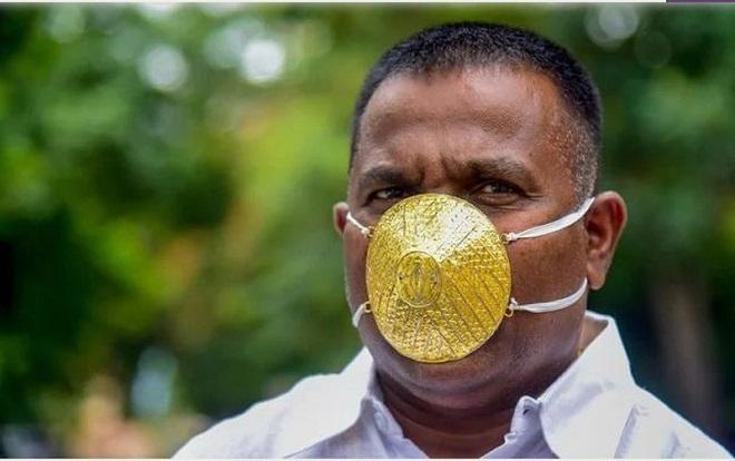 """Người đàn ông gây """"sốt"""" khi đeo khẩu trang vàng trị giá 4.000 USD chống Covid-19 - Ảnh 1"""