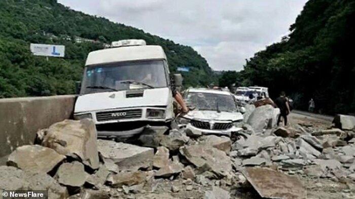 Video: Đứng tim cảnh núi lở, nhiều ô tô đang di chuyển bị đất đá vùi lấp - Ảnh 1