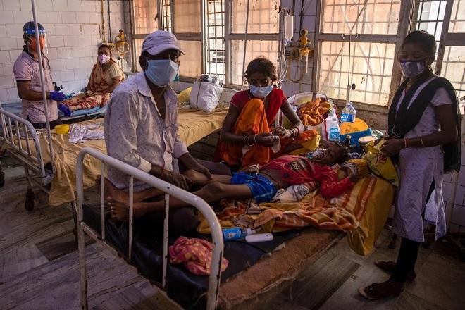 Bệnh viện Ấn Độ 'gồng mình' chữa trị cho bệnh nhân khi chỉ còn duy nhất một bác sĩ giữa bão dịch Covid-19 - Ảnh 1
