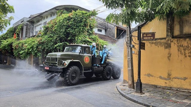 Huy động 6 xe chuyên dụng phun 220kg hóa chất khử trùng phố cổ Hội An - Ảnh 2