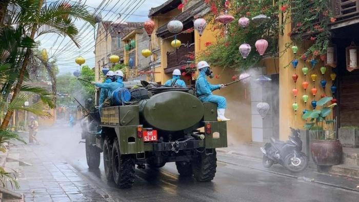 Huy động 6 xe chuyên dụng phun 220kg hóa chất khử trùng phố cổ Hội An - Ảnh 3