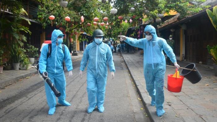 Huy động 6 xe chuyên dụng phun 220kg hóa chất khử trùng phố cổ Hội An - Ảnh 6