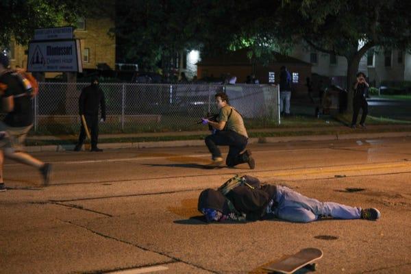 Bắt giữ thiếu niên 17 tuổi xả súng vào đám đông biểu tình hỗn loạn tại Mỹ - Ảnh 1