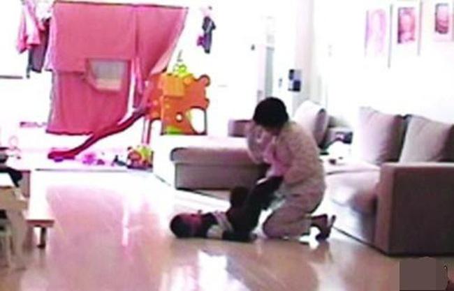 Giận chủ, nữ bảo mẫu nhẫn tâm tát tới tấp bé trai 11 tháng tuổi  - Ảnh 1