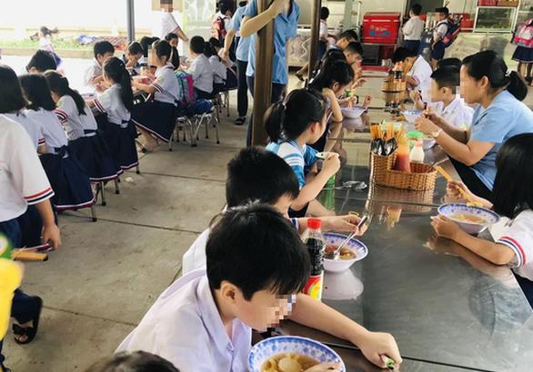 TP.HCM: 20 học sinh tiểu học nhập viện nghi do ngộ độc thực phẩm - Ảnh 1