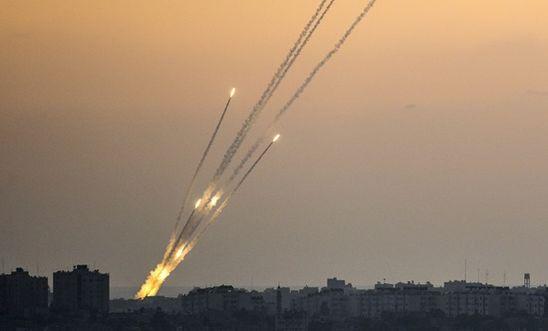 Israel tiến hành loạt vụ không kích ở Dải Gaza, trả đũa vụ phóng rocket khiến 2 người bị thương - Ảnh 1