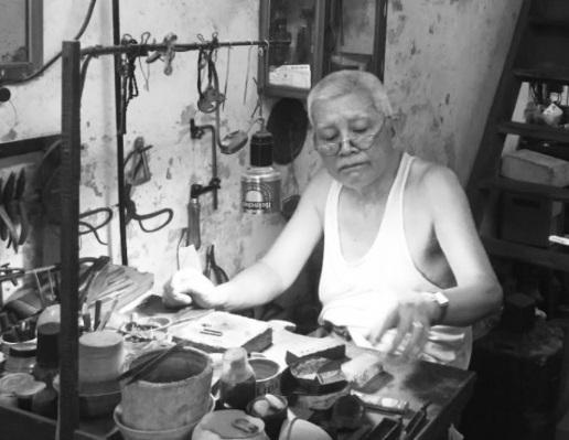 Người giữ ký ức Hà thành cổ kính qua ngọn lửa nghề kim hoàn thủ công trên phố Hàng Bạc - Ảnh 1