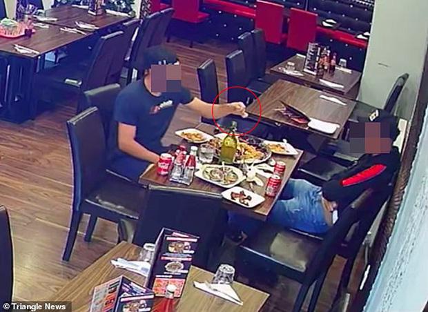 Video: Không biết có camera, hai thực khách bẽ bàng sau khi thả tóc vào đồ ăn hòng quỵt tiền  - Ảnh 1