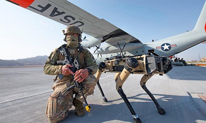Mỹ sử dụng chó robot tuần tra căn cứ không quân - Ảnh 1