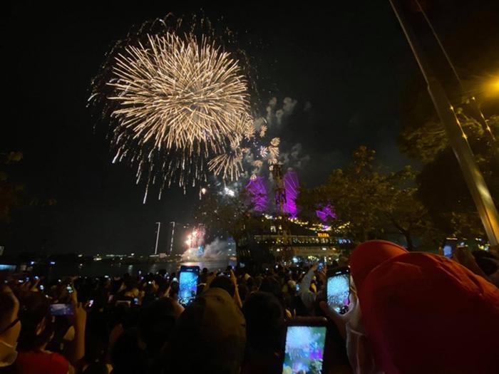 Pháo hoa rực sáng bầu trời cả nước chúc mừng năm mới 2021 - Ảnh 8