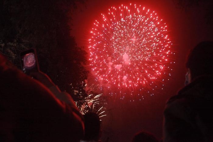 Pháo hoa rực sáng bầu trời cả nước chúc mừng năm mới 2021 - Ảnh 9