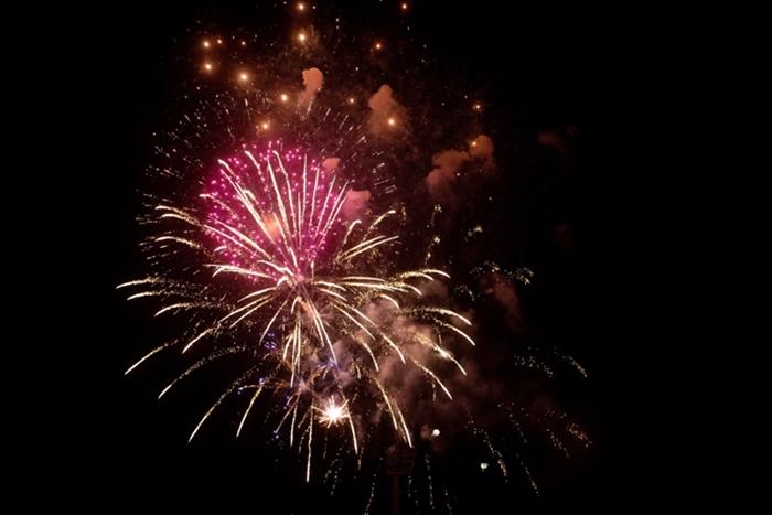 Pháo hoa rực sáng bầu trời cả nước chúc mừng năm mới 2021 - Ảnh 11