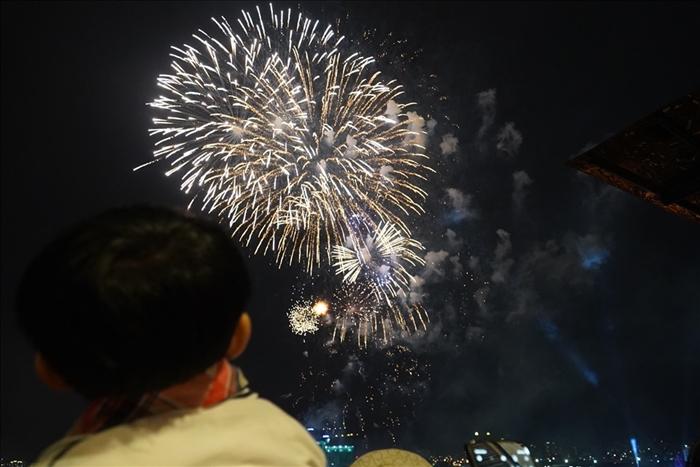 Pháo hoa rực sáng bầu trời cả nước chúc mừng năm mới 2021 - Ảnh 2