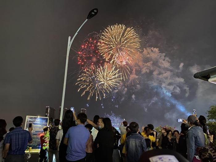 Pháo hoa rực sáng bầu trời cả nước chúc mừng năm mới 2021 - Ảnh 3